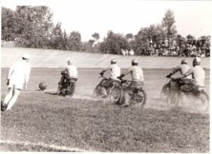 26-Fasi-della-partita-di-pallone-dei-Piloti-del-M_yu45pphz.C.C.-nel-Velodromo-di-Crema---1955